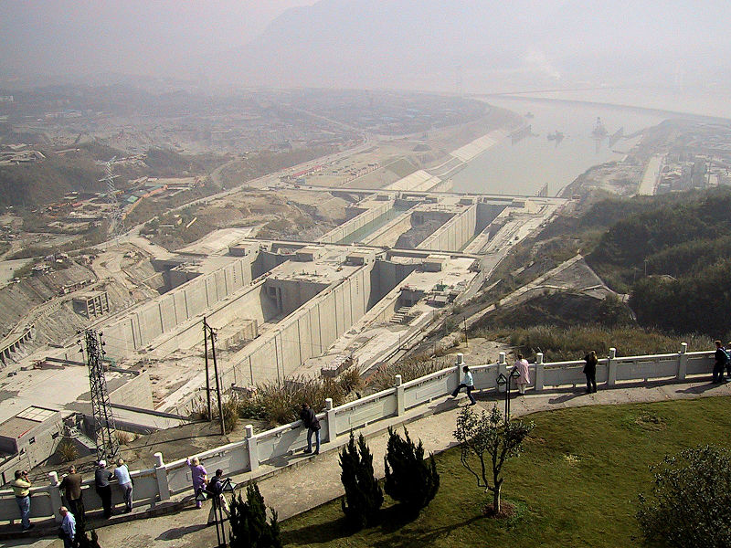 The Three Gorges dam under construction (October 2004). Photo: Yogho.